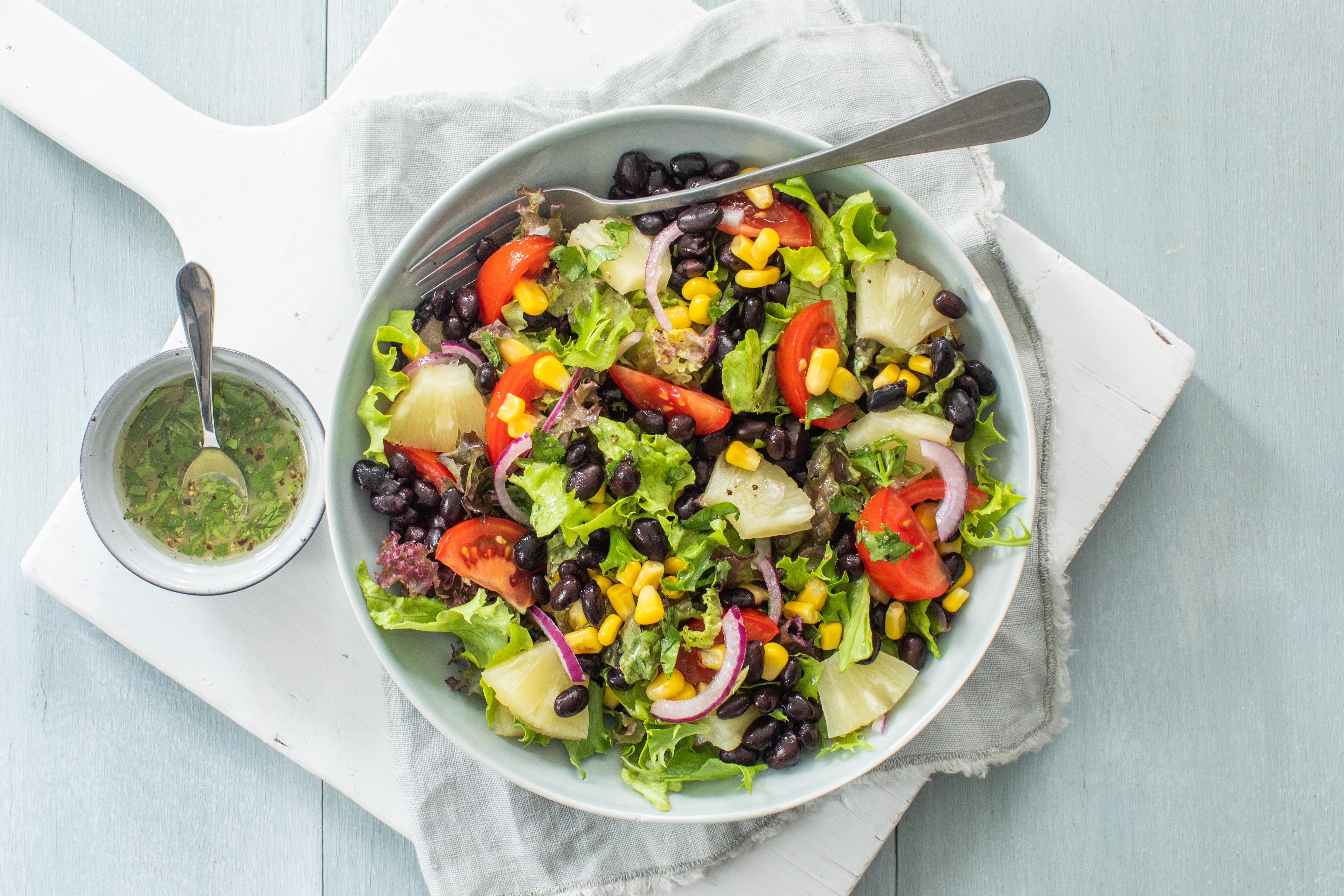 Salade met zwarte bonen en ananas