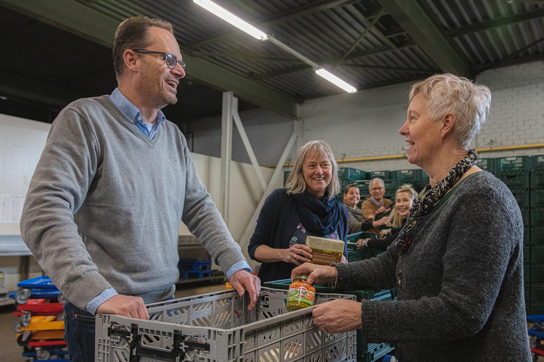 Vrijwilligers vullen voedselpakketen